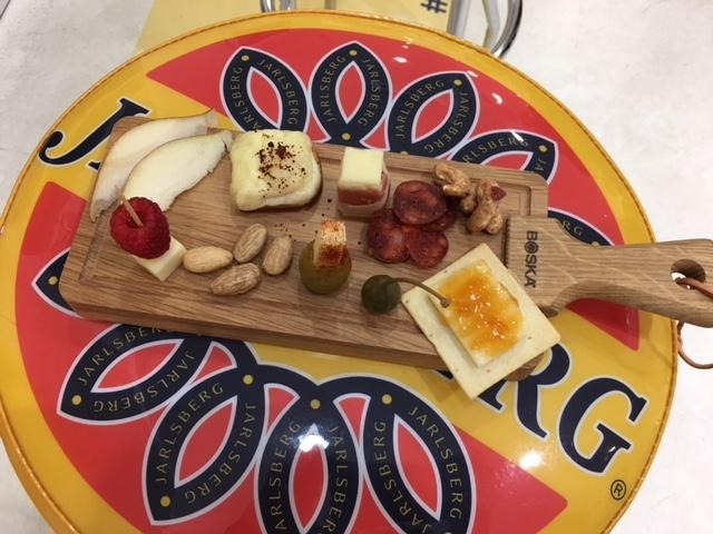 """Say, """"cheese"""", """"Jarlsberg cheese"""" please!"""